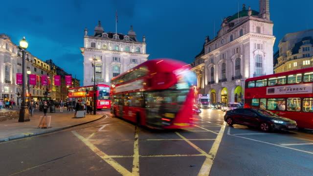 vidéos et rushes de time-lapse: foule de banlieue piétonnière à piccadilly circus downtown la nuit à londres angleterre royaume-uni - double decker bus