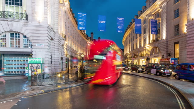 stockvideo's en b-roll-footage met time-lapse: pedestrian commuter crowd bij piccadilly circus downtown 's nachts in londen engeland uk - bus