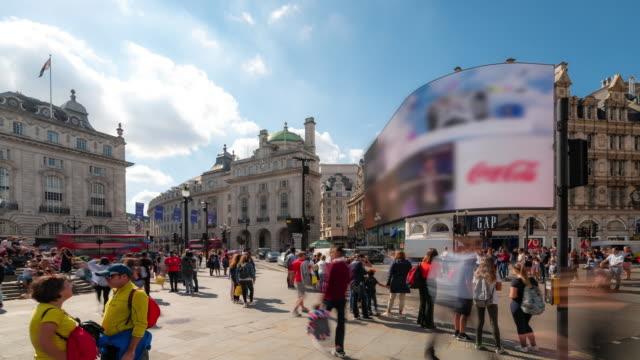 vídeos de stock, filmes e b-roll de lapso de tempo: multidão pedestre do viajante de bilhete mensal no piccadilly circus, no centro de londres inglaterra uk - picadilly