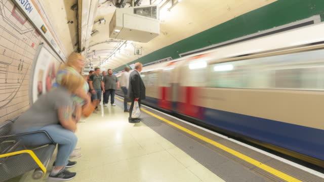 stockvideo's en b-roll-footage met time-lapse: voetgangers commuter menigte op metro buis platform in londen engeland uk - tube