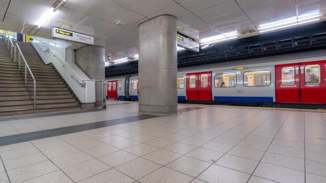 vídeos de stock, filmes e b-roll de time-lapse: pedestre commuter multidão na estação de metrô do tubo em londres inglaterra uk - pataforma de estação de metrô