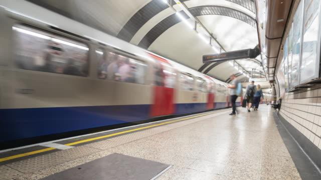 vídeos y material grabado en eventos de stock de time-lapse: pedestrian commuter crowd en la plataforma de metro subway en londres, inglaterra, reino unido - metro transporte