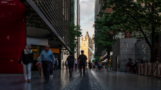 zeitraffer: pedestrian commuter crowd an der tower bridge und dem rathaus in london england uk - rathaus stock-videos und b-roll-filmmaterial