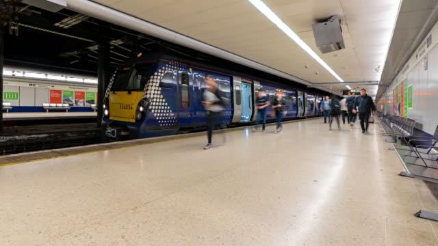 vídeos de stock e filmes b-roll de time-lapse pedestrian commuter crowd at train station in glasgow scotland uk - glasgow escócia