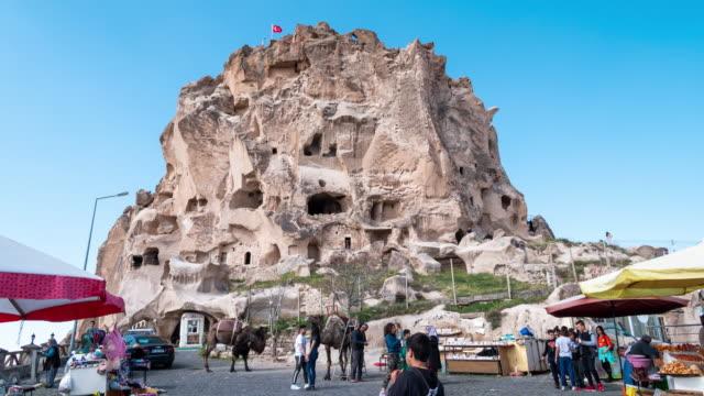 Time-lapse: voetgangers forensen menigte op Üçhisar kasteel in Cappadocië regio van Turkije, 4K resolutie.