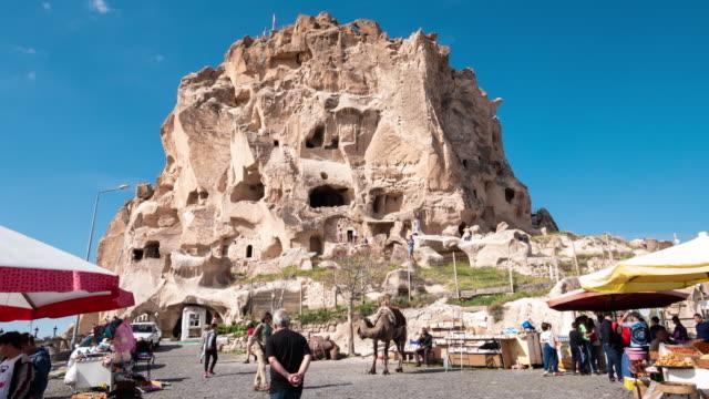 time-lapse : pedestrian commuter crowd at uchisar castle in cappadocia region of turkey, 4k resolution. - impero video stock e b–roll