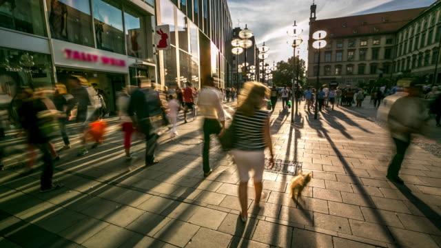 4 K Time-lapse: voetganger druk op het centrale plein Marienplatz, München, Duitsland