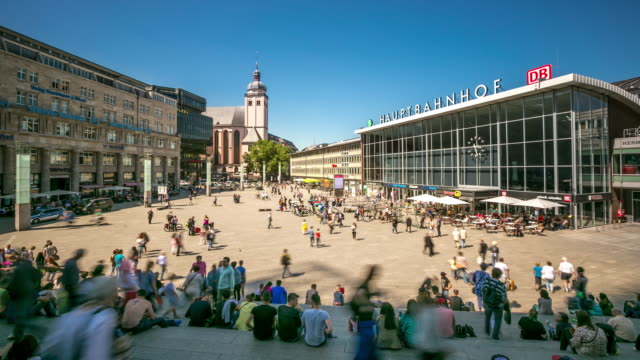 4 k zeitraffer: fußgänger überfüllten am kölner hauptbahnhof deutschland - bahnhof stock-videos und b-roll-filmmaterial