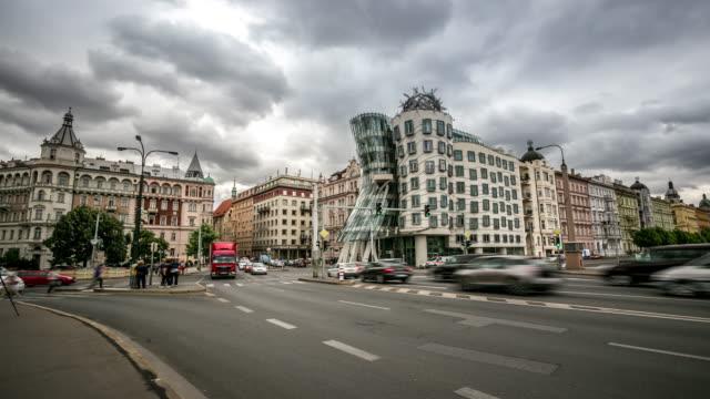 vídeos de stock, filmes e b-roll de time-lapse: pedestre lotado na ponte jiraskuv praga república checa - praga
