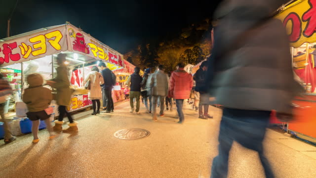 vídeos de stock e filmes b-roll de time-lapse: pedestrian crowded at korankei flea market nagoya at night - banca de mercado