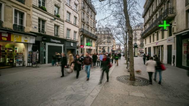 Time-lapse 4 K : Rue piétonne de monde sur place Pompidou de Paris