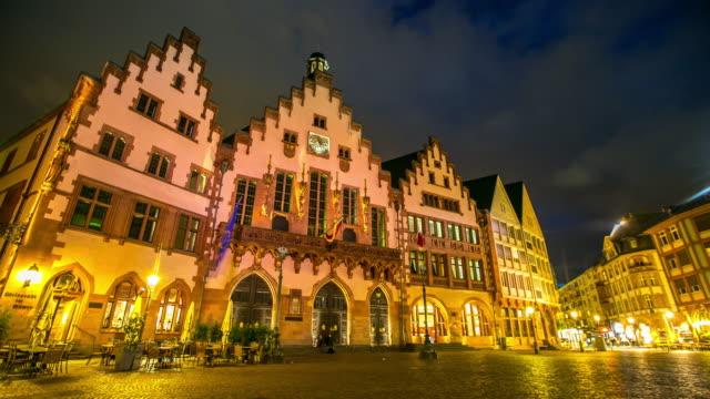 4 k zeitraffer: fußgänger überfüllten am römerberg town square frankfurt am main, deutschland - deutsche kultur stock-videos und b-roll-filmmaterial
