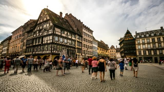 vidéos et rushes de time-lapse 4 k: piétonne de la place bondée cathédrale notre-dame de strasbourg, france - strasbourg