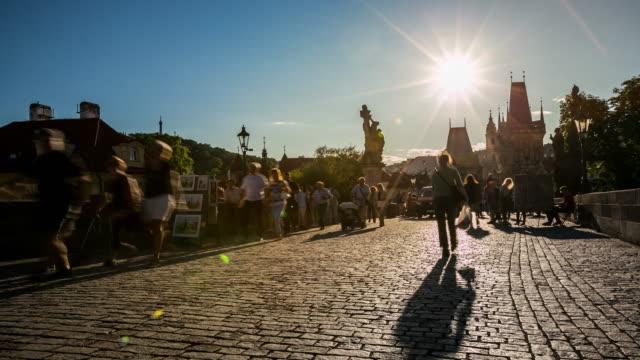 vídeos de stock, filmes e b-roll de 4 k de tempo (time-lapse): pedestres lotados ponte de charles karluv mais czech nascer do sol - mala strana