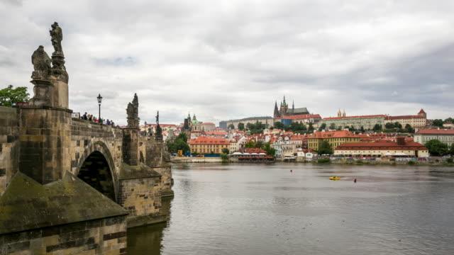 vídeos de stock, filmes e b-roll de 4 k de tempo (time-lapse): pedestres karluv mais lotados charles bridge na república tcheca, - mala strana