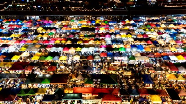 4k time-lapse: pedestrian crowded in night market , bangkok thailand - un giorno nella vita video stock e b–roll