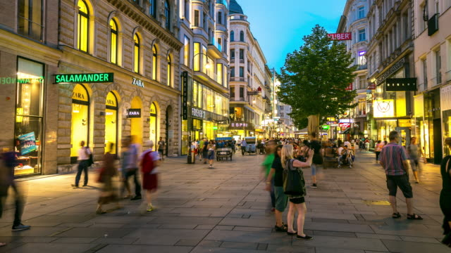 4 K Zeitraffer: Fußgängerzone von Wien-Kartner belebten Einkaufsstraße Österreich der Dämmerung