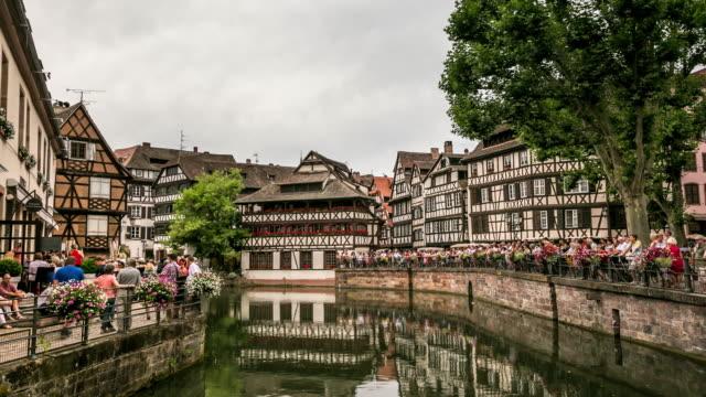 vidéos et rushes de time-lapse 4 k: bondée la petite place piétonne strasbourg, france - strasbourg