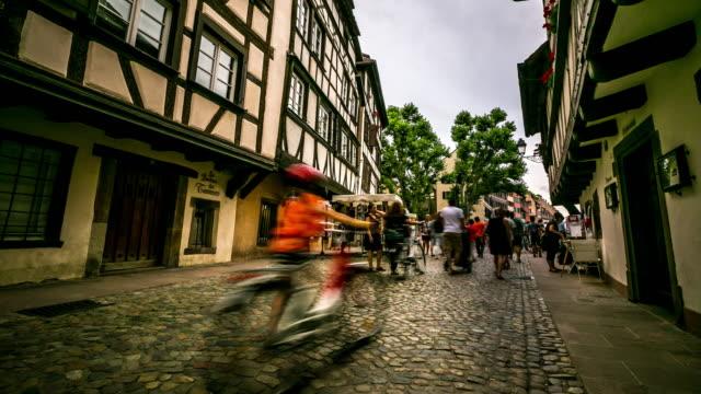 """vídeos de stock e filmes b-roll de 4 k """"time-lapse"""": peão lotado la pequena praça de estrasburgo, frança - estrasburgo"""