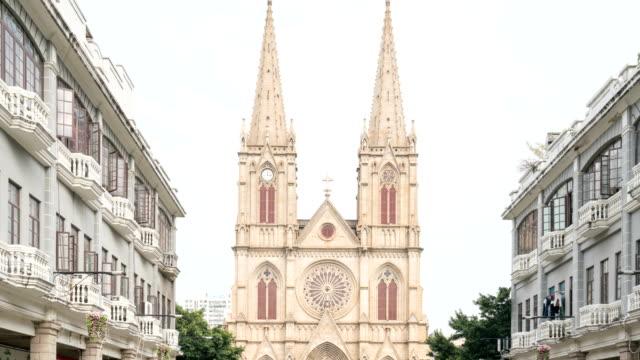 4k time-lapse: fotgängare gol i heliga hjärtat katedral, guangzhou - basilika katedral bildbanksvideor och videomaterial från bakom kulisserna