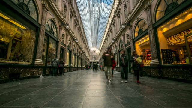 time-lapse: pedestrian shopping at galeries grand place brussels belgium - regione di bruxelles capitale video stock e b–roll