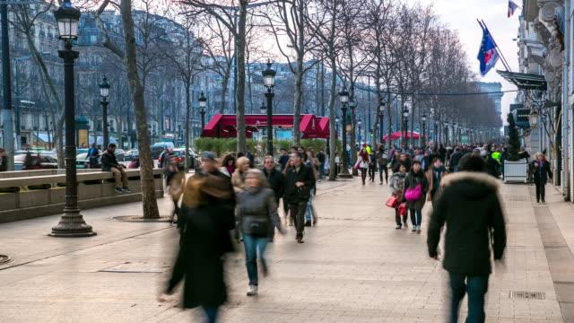 Time-lapse 4 K : Piétonne foule de touristes champs-Élysées, à Paris en soirée