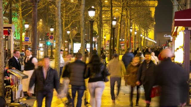 Time-Lapse: piétonne touristique foule au champs Elysée Paris soirée