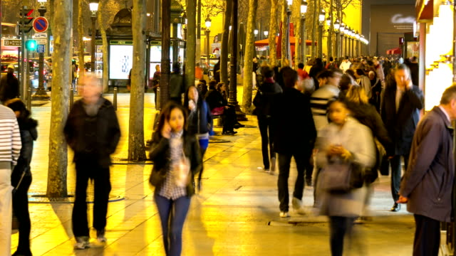 stockvideo's en b-roll-footage met hd time-lapse: pedestrian tourist crowd at champs elysee paris night - hd format