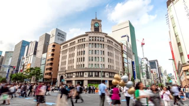 4kタイムラプス:交差点の歩行者と車の群衆東京の交差点銀座横断歩道の車の交通。下に傾斜ショット - 市街地の道路点の映像素材/bロール