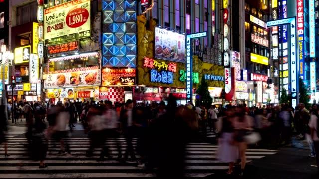 time-lapse: pedoni e turisti affollati a kabuki-cho shinjuku, tokyo, giappone. - crossing video stock e b–roll