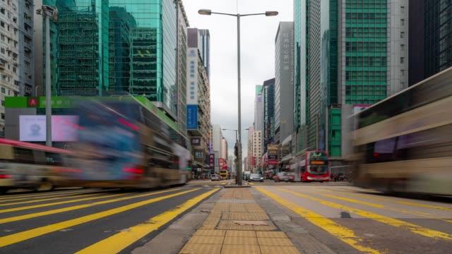 vídeos de stock, filmes e b-roll de time-lapse: pedestres e transporte estação de nathan road mong kok em hong kong - mong kok
