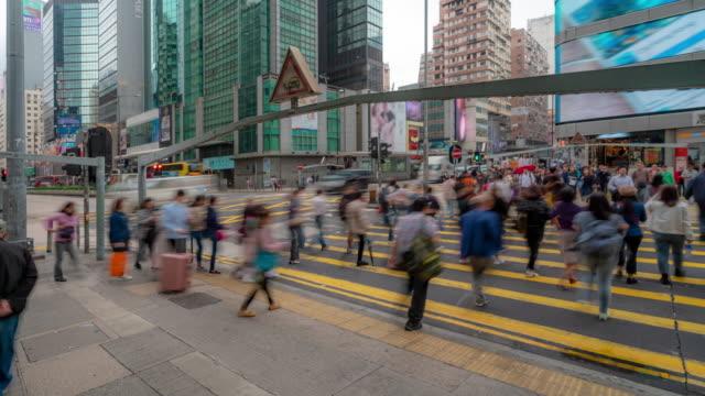 vídeos de stock, filmes e b-roll de lapso de tempo: pedestres e transporte nathan road mong kok station em hong kong - mong kok