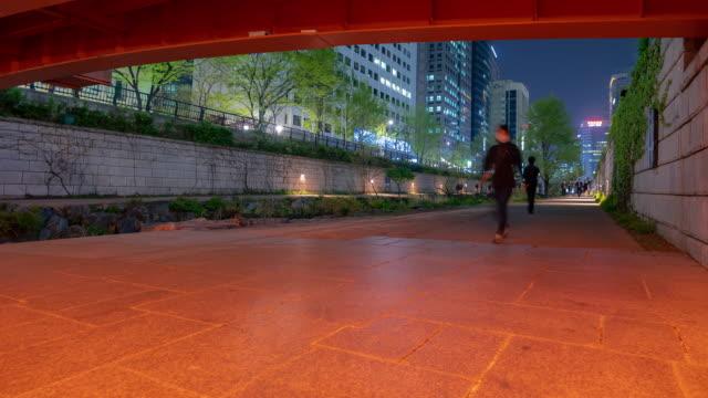 Zeitraffer: Fußgänger am Cheonggyecheon Kanal bei Seouk Downtown Südkorea in der Nacht
