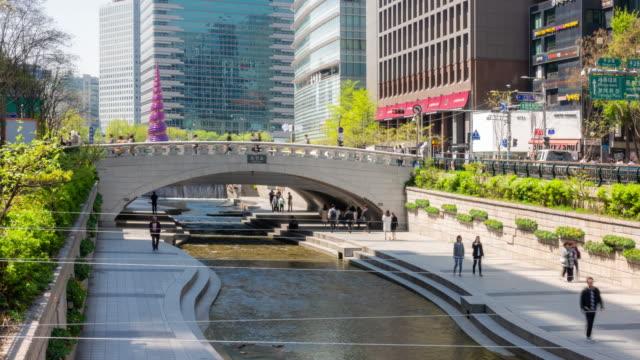 時間経過は: 清渓川で歩行者運河でスーヨン ダウンタウン, 韓国 - korea点の映像素材/bロール