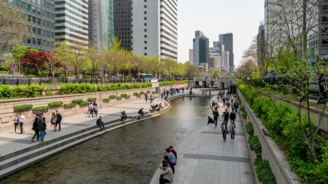 Zeitraffer: Fußgänger am Cheonggyecheon Kanal bei Seouk Downtown South Korea
