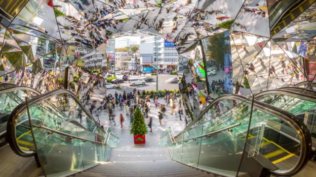 vídeos y material grabado en eventos de stock de 4 k time-lapse : peatones en harajuku centro comercial de tokio - estación de tren