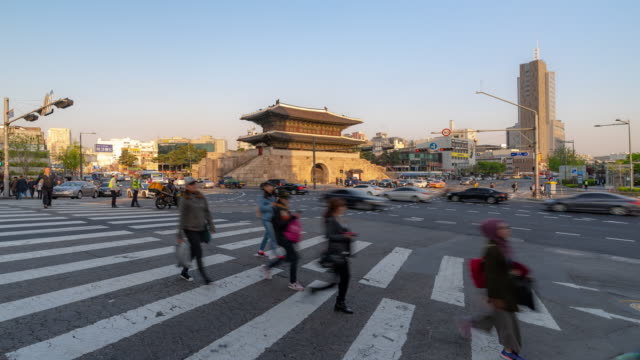 Zeitraffer: Fußgänger am Heunginjimun Dongdaemun Tor in Seoul Südkorea