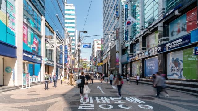 time-lapse: pedestrians at myeongdong downtown shopping street in seoul south korea - grande magazzino video stock e b–roll
