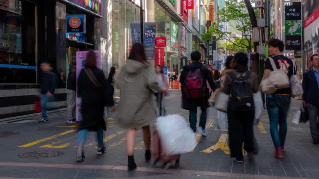 Zeitraffer: Fußgänger bei Myeongdong Innenstadt Einkaufsstraße in Seoul Südkorea