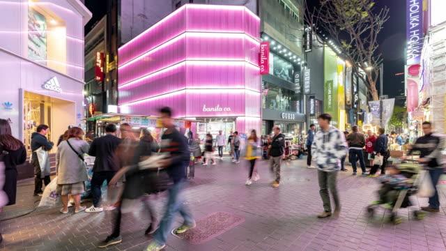 Zeitraffer: Fußgänger bei Myeongdong Downtown Shopping Street in Seoul in Südkorea in der Nacht