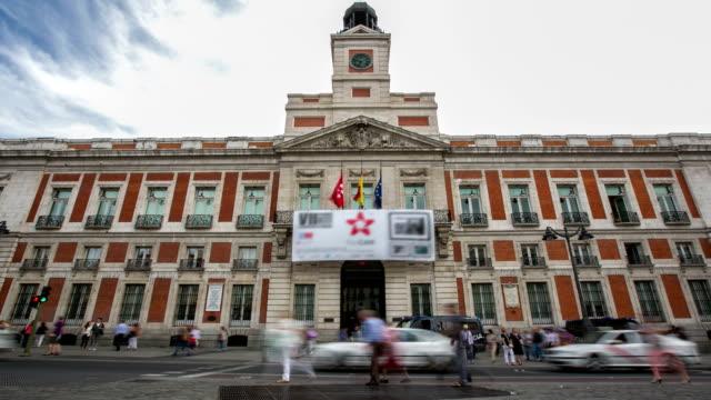 vídeos y material grabado en eventos de stock de hd time-lapse: peatones en oficina de sol centro de la ciudad de madrid, españa - oficina de correos