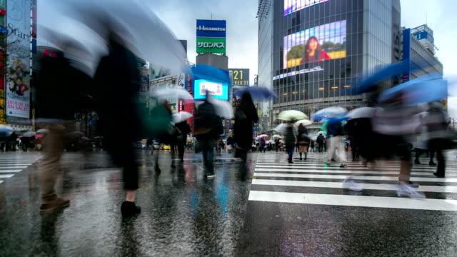 vídeos y material grabado en eventos de stock de hd time-lapse:  cruce de peatones en shibuya de v entas - paraguas