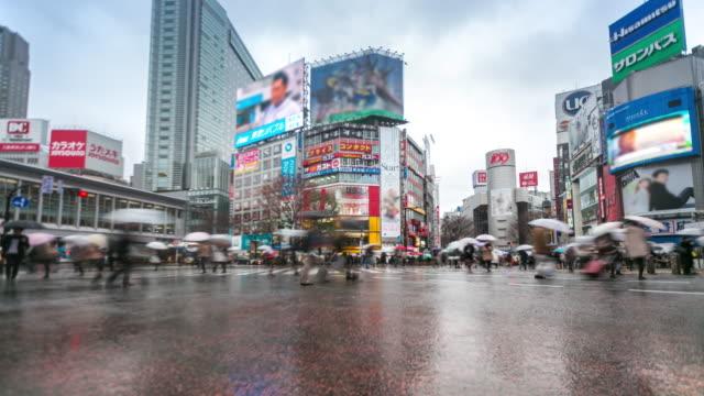 vídeos y material grabado en eventos de stock de lapso de tiempo : cruce de peatones en shibuya con entas - paraguas