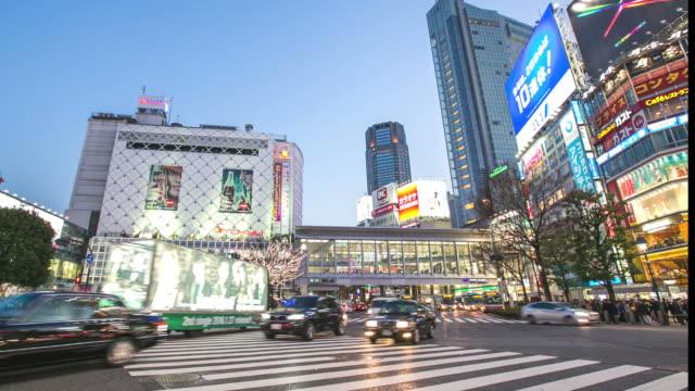 夕暮れ時に渋谷駅で時間経過: 歩行者