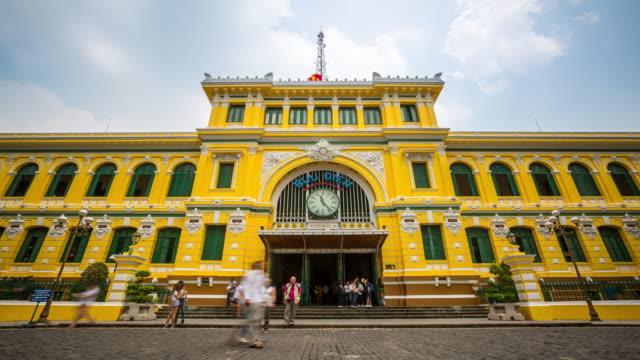 stockvideo's en b-roll-footage met 4k time-lapse: voetgangers centraal postkantoor ho chi minh viatnam - houten paal
