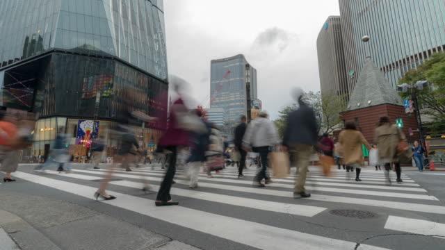 Time-lapse: Voetgangers oversteken op Ginza Crossing Tokyo Japan