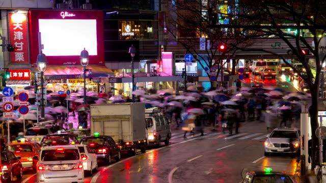 stockvideo's en b-roll-footage met hd time-lapse: voetgangers oversteken bij shibuya met regent in de schemering - hd format