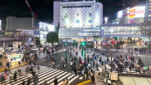 4K Time-lapse: Pedestrians cross at Shibuya with raining at night