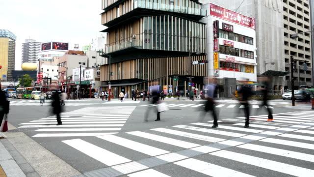 vídeos de stock, filmes e b-roll de definição de intervalo de tempo: viagens cruzando em asakusa de sensoji temple street - templo asakusa kannon