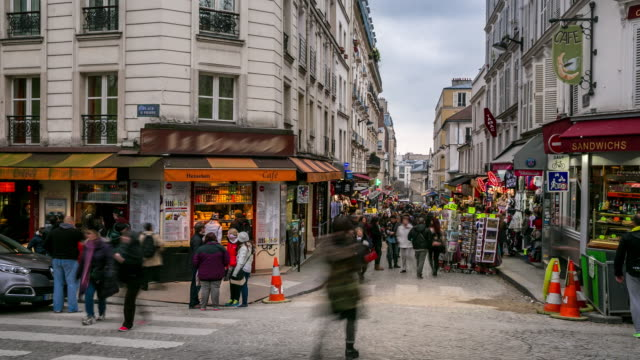 vídeos de stock, filmes e b-roll de timelapse: multidão de pedestres no shopping rua montmartre, paris - french culture